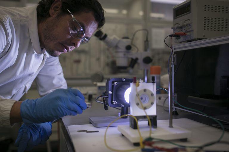 Un proyecto del ICIQ (Institut Català d'Investigació Química) fabrica una celda de fotosíntesis artificial que captura CO2 del aire para crear biocombustibles.