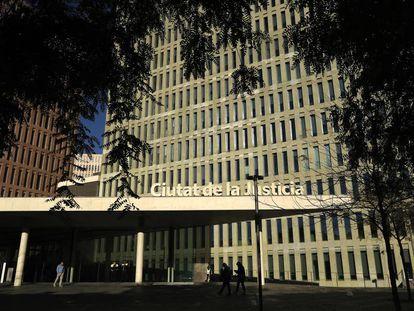 Fachada de la Ciudad de la Justicia en Barcelona, en el distrito de Sants-Montjuïc