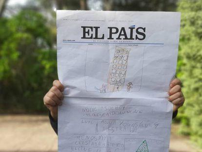 Un niño participante en el taller de periodismo enseña su portada de EL PAÍS.