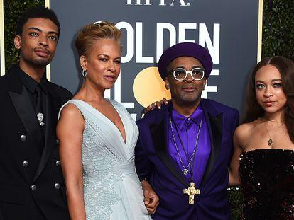 El cineasta Spike Lee y su esposa, Tonya Lewis, junto a sus hijos Jackson Lee y, a la derecha, Satchel Lee, en los Globos de Oro de 2019.