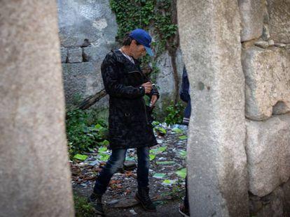 Mario, de 53 años, consume crack en la Casa Velha, a las afueras de Oporto.