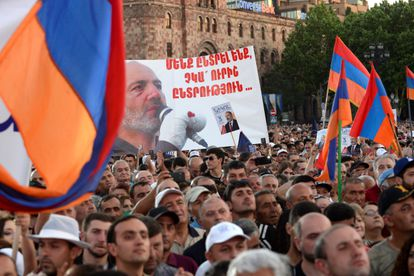 Un cartel con el rostro del primer ministro Nikol Pashinián, en un mitin el jueves en Ereván.