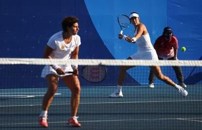 Carla Suárez y Muguruza, este sábado durante su estreno en el dobles.