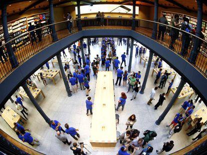 El interior de la tienda de Apple en Puerta del Sol.