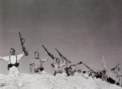 Cerro Muriano, Córdoba, 5 de septiembre de 1936. El miliciano <i>misterioso</i> de Robert Capa es el primero por la izquierda.