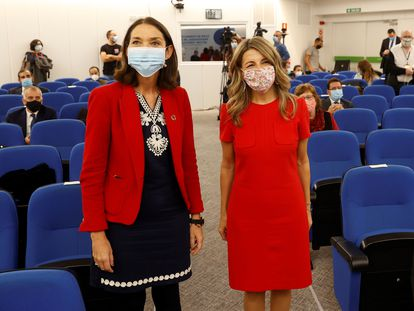 Las ministras de Turismo, Reyes Maroto (a la izquierda) y de Trabajo, Yolanda Díaz, este viernes en Madrid.
