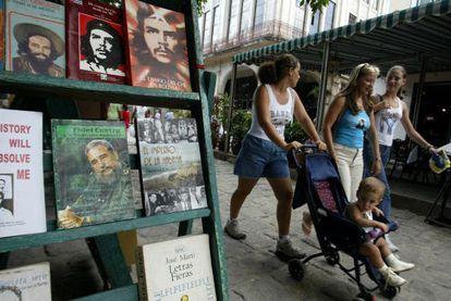 Escaparate de una librería en La Habana, en 2006.