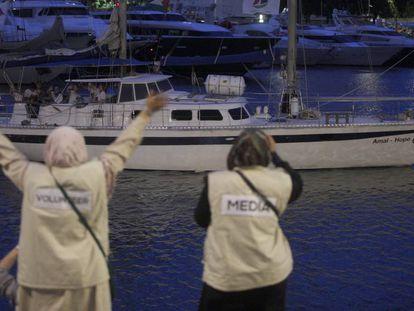 Uno de los dos veleros de la Flotilla de La Libertad zarpa desde Barcelona
