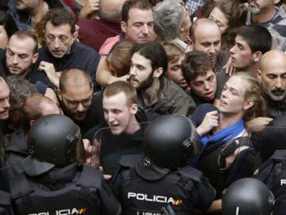 Pese a la ofensiva judicial y policial de las últimas semanas contra la consulta, centenares de colegios electorales abrieron en toda Cataluña en un acto de desafío al Gobierno