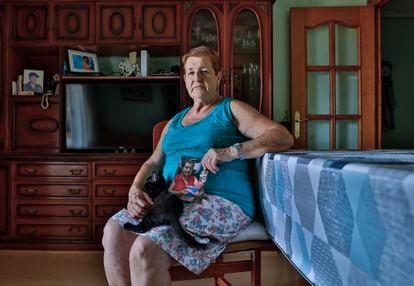 Antonia Martínez, en su casa, con una foto de su nieto recién nacido.