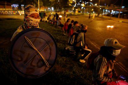 Un grupo de personas protesta la noche del 11 de mayo de 2021 en el barrio de Siloé, en Cali.