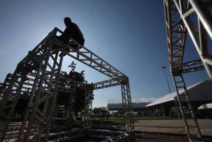 Un grupo de obreros trabaja en la construcción de la estructura de una nave.
