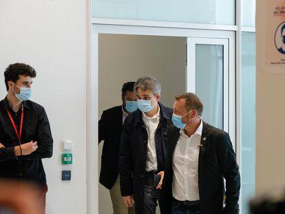 El director de 'Charlie Hebdo', Laurent Sourisseau, en el centro, entra en el tribunal de París en el juicio por los atentados de 2015, este miércoles.