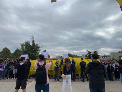Miembros de la organización estudiantil 'S'ha acabat!' exhiben carteles frente a una concentración ante su carpa informativa en el campus de la UAB en Bellaterra (Barcelona).