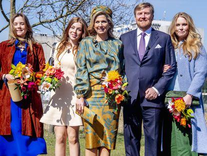 El rey Guillermo de Holanda, en un posado por su 54º cumpleaños en Eindhoven junto a su esposa, la reina Máxima, y sus tres hijas (de izquierda a derecha) Ariana, Alexia y Amalia, la heredera al trono.