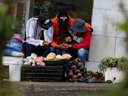 Vendedores de alimentos en una calle de Quito (Ecuador), el 21 de julio.