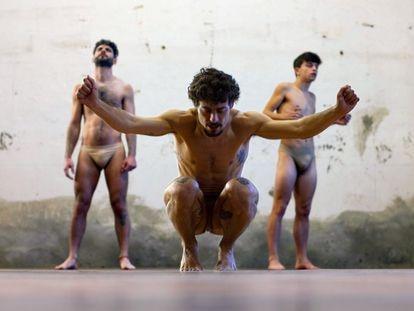 Jesús Carmona, en primer plano, en su obra 'El salto'