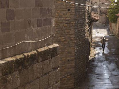 Una mujer pasea por Apelluz (Teruel), el pasado julio.