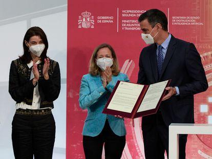 La ministra de Justicia, Pilar Llop; la vicepresidenta primera, Nadia Calviño, y el presidente del Gobierno, Pedro Sánchez, presentan la Carta de Derechos Digitales, en La Moncloa, el pasado miércoles.