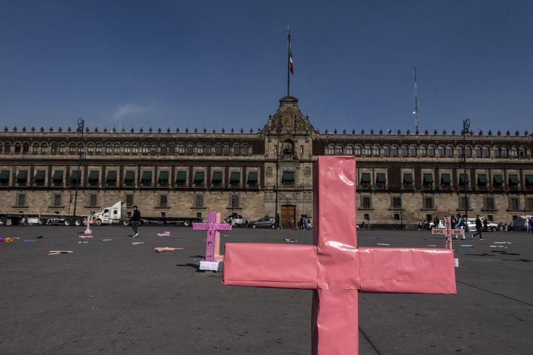 Cruces rosas, en el Zócalo de Ciudad de México durante las protestas del domingo.
