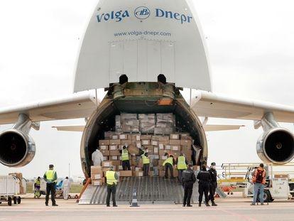 Un avión con material sanitario que la Generalitat Valenciana compró a China, en abril de 2020, en el aeropuerto de Manises (Valencia).