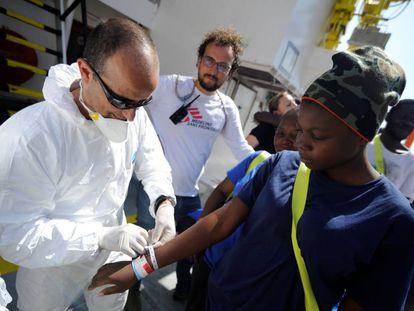 Desembarco de los inmigrantes a bordo del Aquarius en el puerto maltés de La Valeta es miércoles.