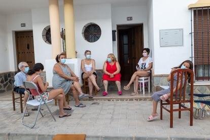Algar, un pueblo de la sierra de Cádiz, pide declarar la 'charla al fresco' patrimonio inmaterial de la humanidad.