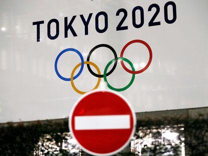 El logo de los juegos de Tokio 2020, junto a una señal de prohibido. Issei Kato/REUTERS