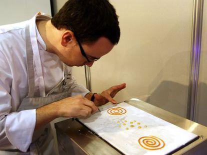 Morales diseña espirales de mojo y perlas de miel.