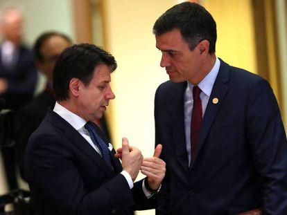 El primer ministro italiano, Giuseppe Conte, habla con el presidente español, Pedro Sánchez, en mayo de 2019 en Bruselas.