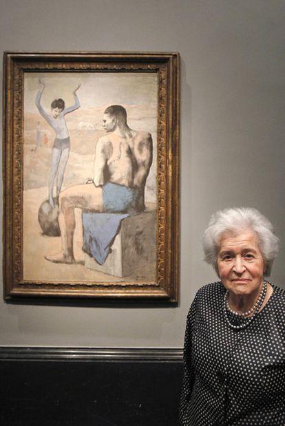 Irina Antónova, ayer en el Prado junto a <i>La acróbata de la bola.</i>
