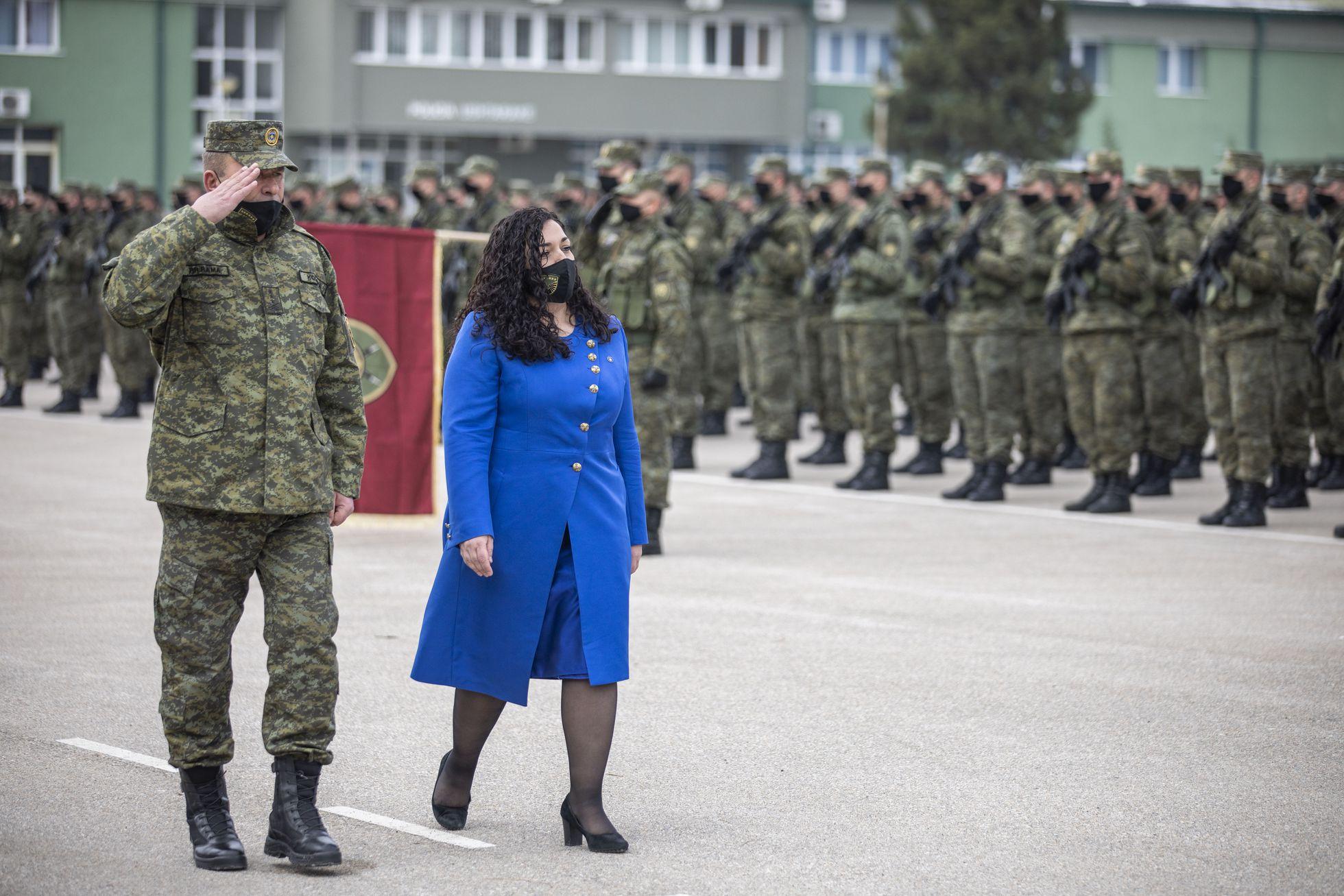 Vjosa Osmani, el pasado febrero, cuando aún era presidenta interina, saluda a soldados del Ejército kosovar, en Prístina.