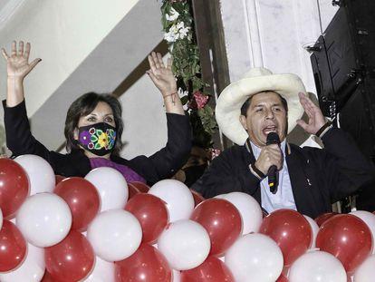 AME4906. LIMA (PERÚ), 23/07/2021.- El presidente electo de Perú, Pedro Castillo (d), habla junto a su vicepresidenta Dina Boluarte, ante decenas de sus simpatizantes desde un balcón en la Plaza San Martín, luego de recibir las credenciales de sus cargos hoy, en Lima (Perú). Castillo y Boluarte recibieron este viernes las credenciales de presidente y vicepresidenta electos de Perú, respectivamente, para el período 2021-2026, entregadas en una ceremonia oficial organizada por el Jurado Nacional de Elecciones (JNE). EFE/ Stringer