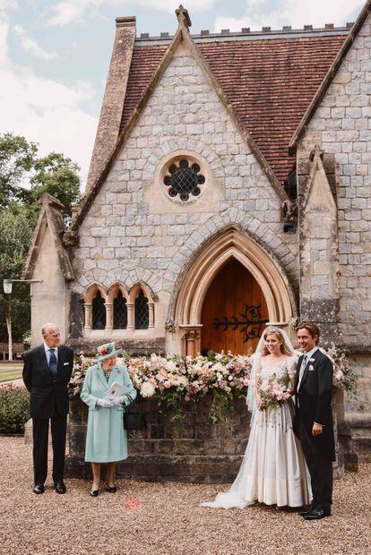 Beatriz de York y Edoardo Mapelli Mozzi, en el día de su boda en Windsor, junto a Isabel II y Felipe de Edimburgo, abuelos de la novia.
