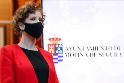 La alcaldesa de Molina de Segura, Esther Clavero, comparece ante los medios horas después de presentar su dimisión, en Murcia (España).