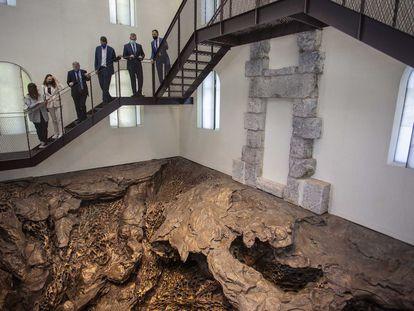 Cristina Iglesias (segunda por la izquierda) muestra a las autoridades su obra 'Hondalea' ubicada en el faro de San Sebastián.