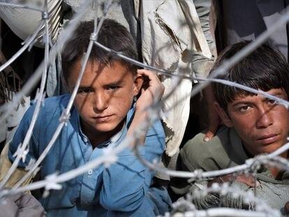 Niños que esperan cruzar desde Afganistán a Pakistán por la frontera de Spin Boldak.
