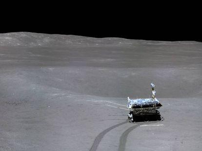 Imagen del 'Yutu-2' tomada desde el módulo de aterrizaje de la misión Chang'E-4.
