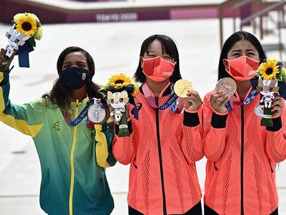 De izquierda a derecha, la brasileña Rayssa Leal (plata), la japonesa Momiji Nishiya (oro) y la nipona  Funa Nakayama (bronce).