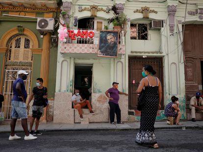 Un grupo de personas hace fila en las calles de La Habana, Cuba.