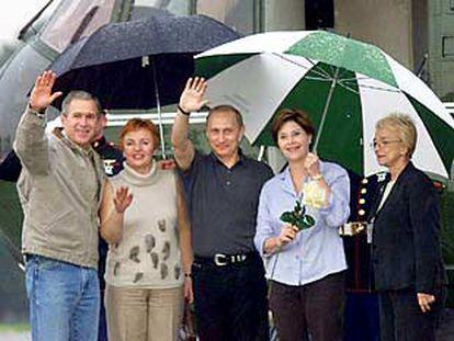 George Bush y Vladímir Putin, junto a sus esposas, Ludmila Putin (a la izquierda) y Laura Bush, en Tejas.