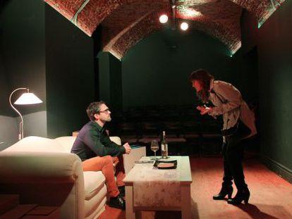 Los actores  Marina San José y Gorka Lasaosa en la obra de teatro 'Mathilde'.