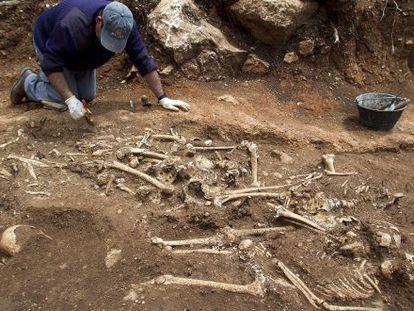 Trabajos de exhumación en las dos fosas de Pinos del Valle (Granada).
