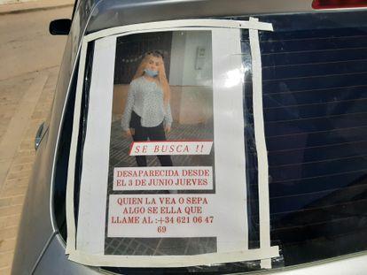 Uno de los carteles pegados a un coche con la fotografía de la joven de 17 años Rocío Caíz, que desapareció el pasado jueves 3 de junio.