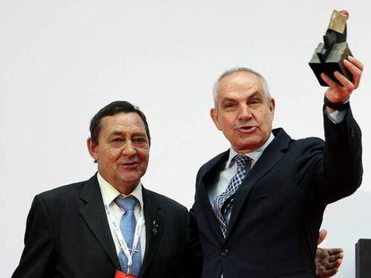 Juan Vicioso entrega una condecoración a Antonio Caño por el 40º aniversario de EL PAÍS.