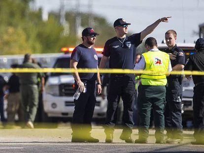 Agentes en la zona del tiroteo, la iglesia baptista de Sutherland Springs, en Texas.