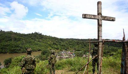 Soldados vigilan el Valle del Cauca, en Colombia, tras la captura de varias toneladas de droga.