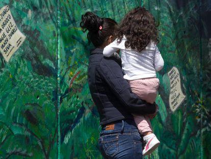 Una madre con su hija, en México.