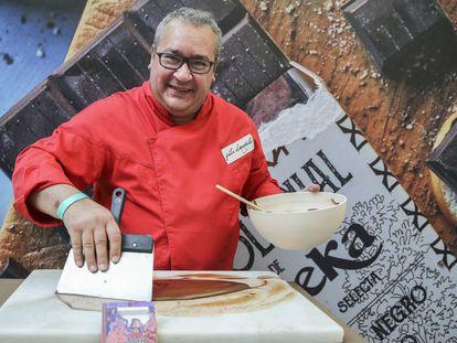 Justo Almendrote prepara chocolate en el salón de chocolate en el Palacio de Cibeles en Madrid.