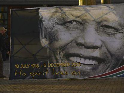 Un cartel del fallecido Mandela en Qunu, donde será enterrado.